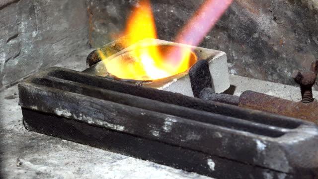 metal erime goldsmith: gümüş, altın, gaz meşalesi - bunsen beki stok videoları ve detay görüntü çekimi