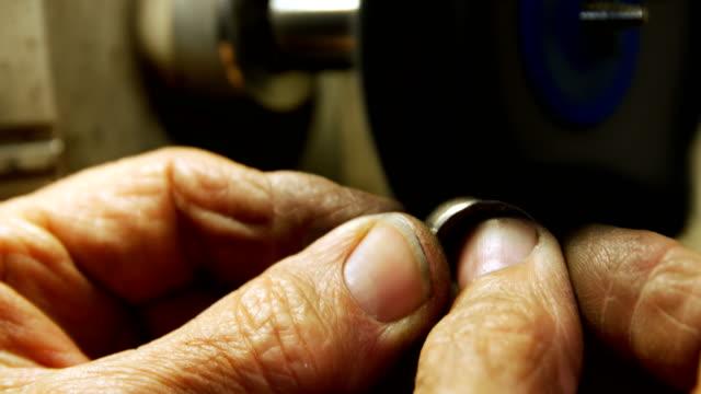 Goldschmied Polieren Ring in Werkstatt 4k – Video
