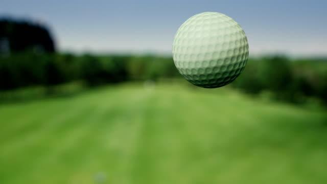 golfball in der luft-zeitlupe - golf stock-videos und b-roll-filmmaterial