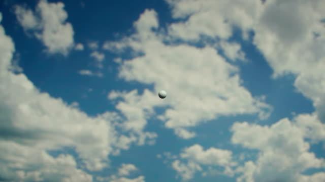 golfball am himmel - golf stock-videos und b-roll-filmmaterial