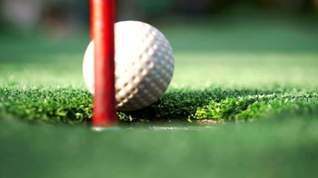 golfball vermisst ein loch in zeitlupe 180fps - golf stock-videos und b-roll-filmmaterial