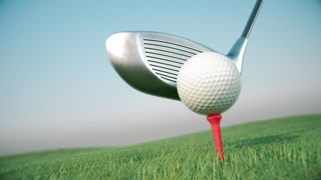 golfclub trifft einen golfball in zeitlupe. - golf stock-videos und b-roll-filmmaterial