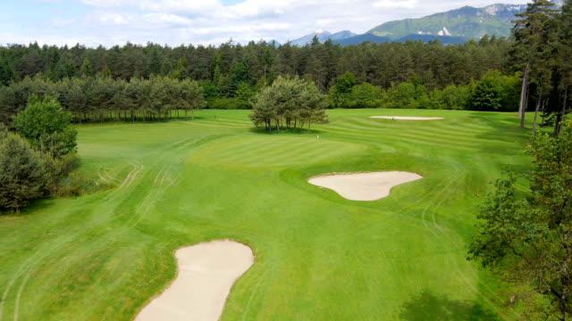 vidéos et rushes de vue aérienne: parcours de golf - golf