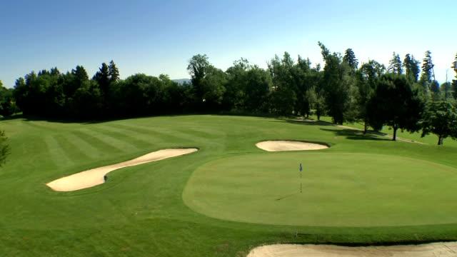 luftaufnahme – golfplatz - golf stock-videos und b-roll-filmmaterial