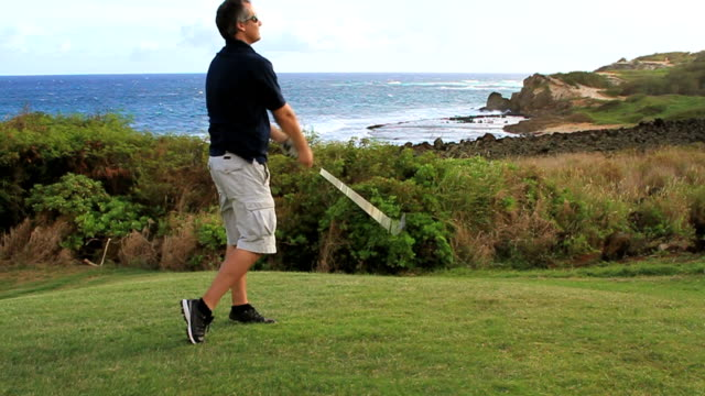 Hombre tirando de un club de Golf - vídeo