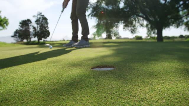 vidéos et rushes de joueur de golf frappant la bille avec son club - golf