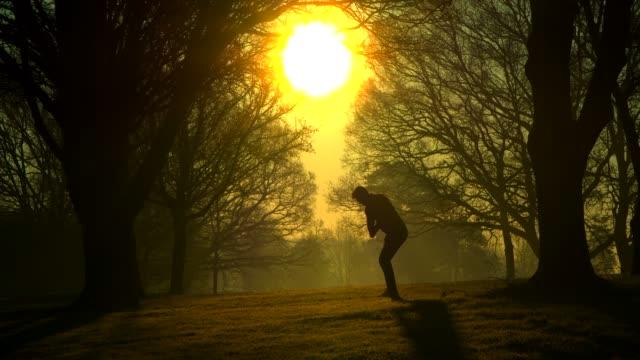 Ein Golfer pommt einen Ball aus dem Rohr. – Video