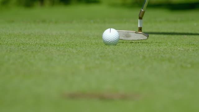 Ein Golfer hat seinen Golfball mit einer Linie markiert, um den Putt zu zielen, bei dieser Gelegenheit hat es nicht funktioniert! – Video
