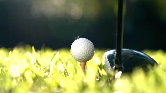 golfer schlagen golfball - zeitlupe - schaukel stock-videos und b-roll-filmmaterial