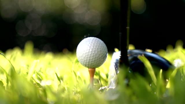 スローモーション - ゴルフ ・ ボールを打つゴルファー - 戦い点の映像素材/bロール