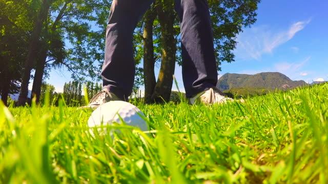 golfer hitting den golfball auf dem rauen gras in einem sonnigen tag - rau stock-videos und b-roll-filmmaterial