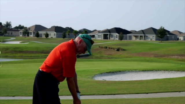 stockvideo's en b-roll-footage met golfer hurts shoulder during swing. - schouder
