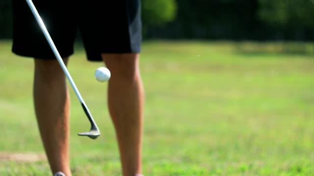 golfer jonglieren mit golfball und golfschläger - stunt stock-videos und b-roll-filmmaterial