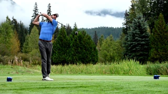 golfçü sürücü yapma - mountain top stok videoları ve detay görüntü çekimi