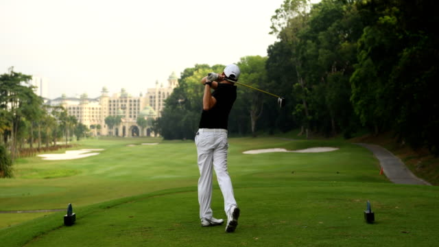 die lange fahrt machen golfer - trefferversuch stock-videos und b-roll-filmmaterial