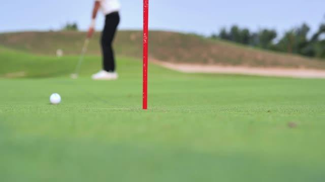 ゴルファーパッティングゴルフボールグリーンゴルフ, スポーツ恒 - ゴルフ点の映像素材/bロール