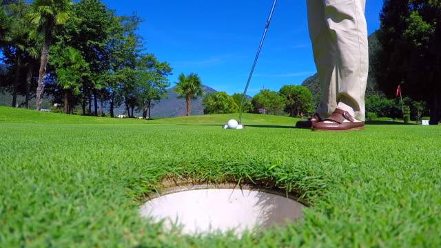 golfçü golf ball golf hole koyarak yeşil koyarak - mountain top stok videoları ve detay görüntü çekimi