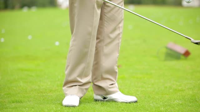 о мастерстве играет в гольф. клуб и мяч - трюк стоковые видео и кадры b-roll