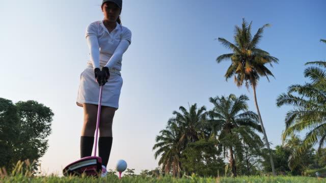 golfer schlagen fegen im sommer für entspannung zeit, sport-konzept. - golf stock-videos und b-roll-filmmaterial