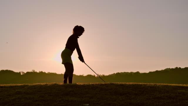 golfçüler dinlenmek için yaz aylarında süpürme vurdu, spor kavramı. - mountain top stok videoları ve detay görüntü çekimi