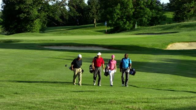 ws golfer zu fuß auf dem golfplatz - golf stock-videos und b-roll-filmmaterial