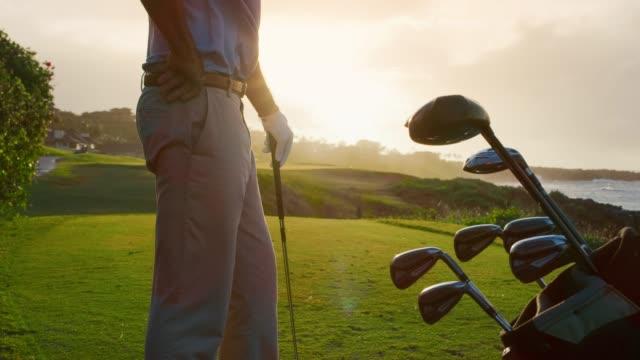golfen in den sonnenuntergang - golf stock-videos und b-roll-filmmaterial