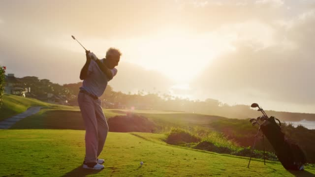 golfen in den sonnenuntergang - fun stock-videos und b-roll-filmmaterial