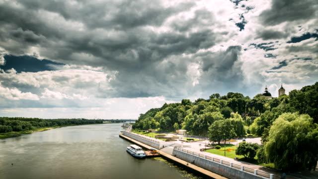 gomel, vitryssland. top view sozj floden, flytande turist båt kryssningsfartyg och i soliga sommardag - turistbåt bildbanksvideor och videomaterial från bakom kulisserna