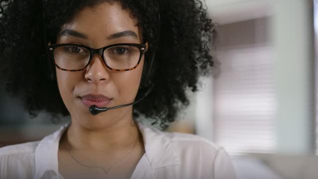 良いコミュニケーションはみんなを幸せに保つ - サービス点の映像素材/bロール