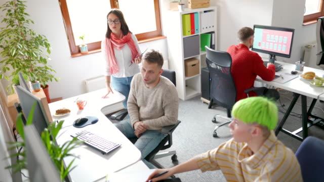gute zusammenarbeit am arbeitsplatz - projektmanager stock-videos und b-roll-filmmaterial