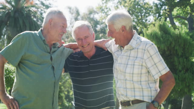 goda vänner gör den gamla goda tiden varar för evigt - pensionärsmän bildbanksvideor och videomaterial från bakom kulisserna