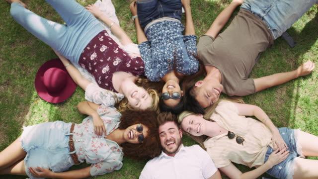 good friends make the world go round - leżeć filmów i materiałów b-roll