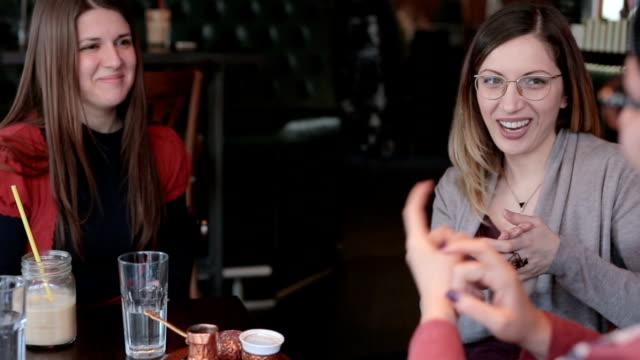 vídeos de stock, filmes e b-roll de bons amigos, falando em linguagem gestual - surdo