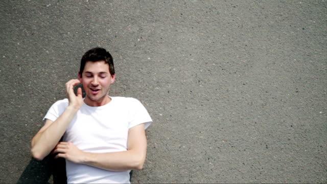 vidéos et rushes de bonne idée sur l'asphalte version pure - allongé sur le dos