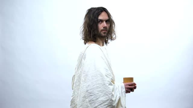 Buen Jesús sosteniendo Copa de madera, concepto religioso para dar la bebida a la sed - vídeo