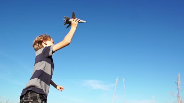 素敵な少年 flys 飛行機 - 男の子点の映像素材/bロール