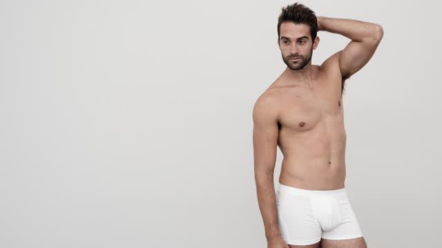 vidéos et rushes de beau gars à la recherche en short - homme slip