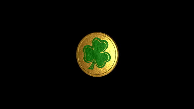 stockvideo's en b-roll-footage met good luck coin spinnen, een gouden munt met shamrock, looping video. - klavertje vier