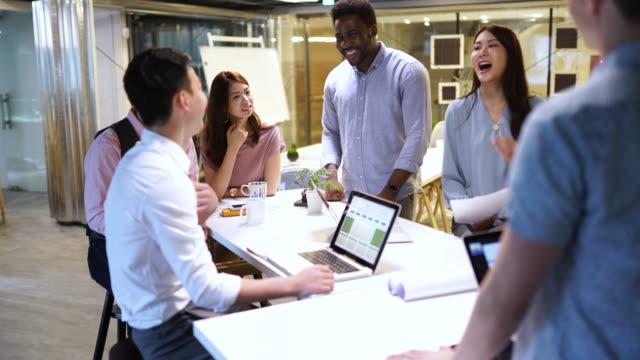 会議の終わりに良い気分 - プロジェクトマネージャー点の映像素材/bロール