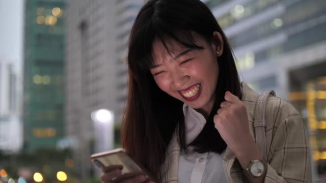 アジアの女性のための良いニュース - 手 女性点の映像素材/bロール
