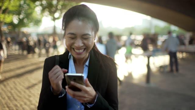 goda nyheter solig stad - telefonmeddelande bildbanksvideor och videomaterial från bakom kulisserna