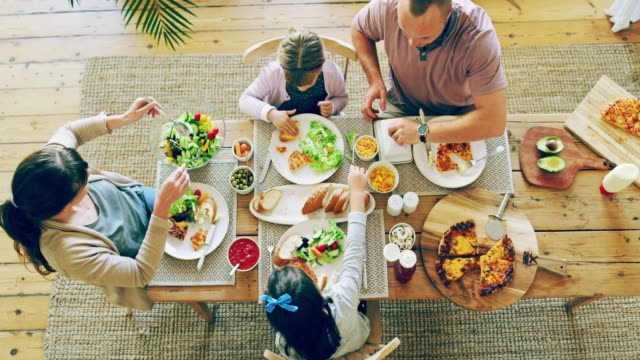 vídeos y material grabado en eventos de stock de buena alimentación empieza en casa - cena familiar