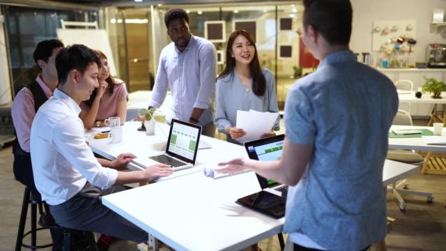 良いチームワーク - プロジェクトマネージャー点の映像素材/bロール