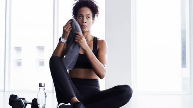 bra saker tar fokus och engagemang - black woman towel workout bildbanksvideor och videomaterial från bakom kulisserna