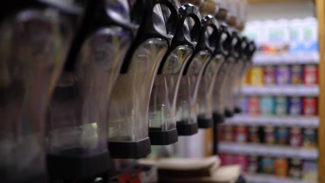 vídeos de stock, filmes e b-roll de bens e produtos orgânicos na prateleira no bio mercado, comprando no supermercado - costumer