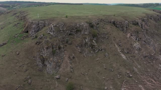 gorge between two toltres near the trinca village, moldova - молдавия стоковые видео и кадры b-roll