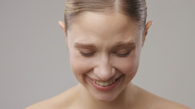 gorgeous attractive caucasian brunette laughing and looking at camera. perfect teeth. - perfezione video stock e b–roll