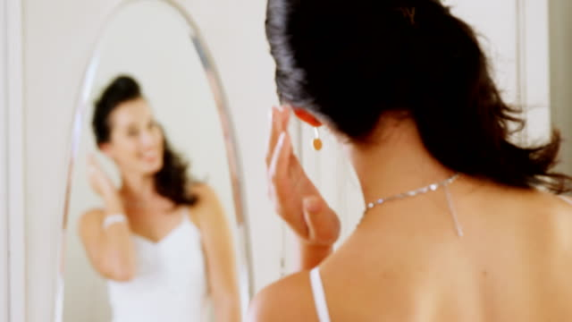 stockvideo's en b-roll-footage met prachtige bruid zichzelf controleren in de spiegel 4k 4k - halsketting