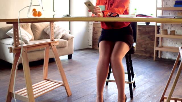 underbara affärskvinna i office - tjänstekvinna bildbanksvideor och videomaterial från bakom kulisserna