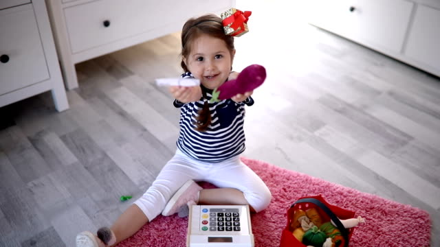 gorgeous child playing at home - solo una bambina femmina video stock e b–roll